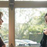 Due donne chiacchierano sedute