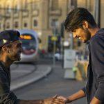 Due ragazzi pakistani si salutano
